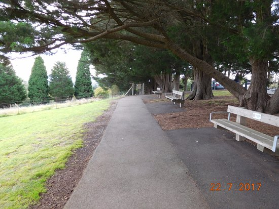 Eltham, ออสเตรเลีย: Plenty of seating facing Melbourne City.