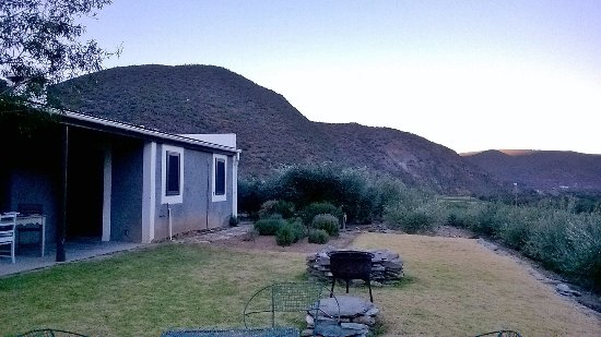 Calitzdorp, Afrique du Sud : Rear entrance and grounds of Middleplaas cottage