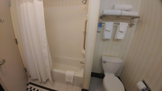 Kodak, TN: King Guest Room - Clean Bathroom