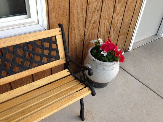 Moorcroft, WY: Benches and flowers for a happy stay!
