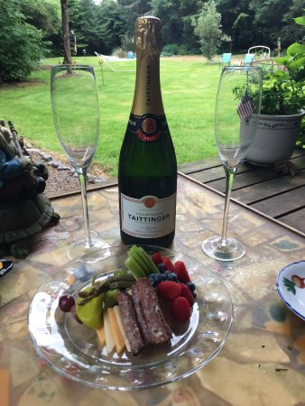 Cape Lookout Bed n Breakfast: A lovely bottle of Champagne with platter of delicious nosh