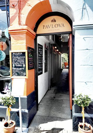 Crickhowell, UK: Pavlova Entrance from High Street