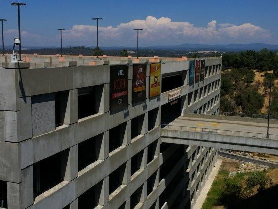 ปลาเซอร์วิลล์, แคลิฟอร์เนีย: Redhawk's multi level parking garage