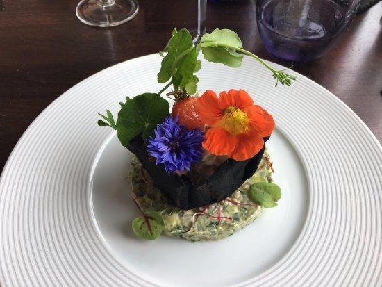 Hillion, France : Salade de tourteaux et de crevettes grises, fraîcheur d'avocat et jus d'herbes