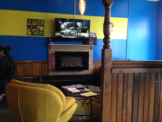 Calais, ME: Cute little corner seating with gas fireplace