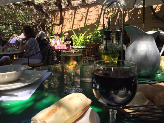 Occidental, Califórnia: First, the bread and wine.