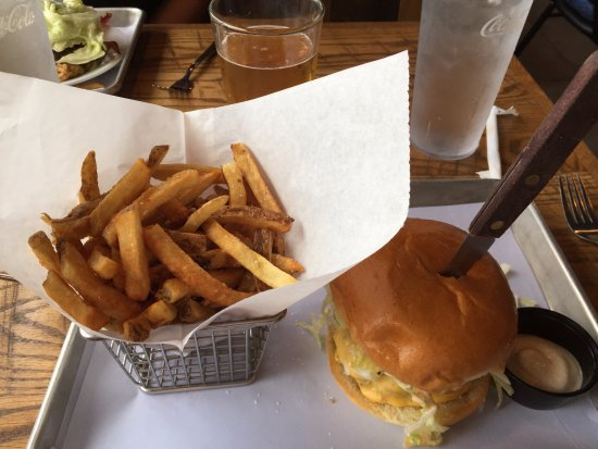 Rockville Centre, Nowy Jork: Classic Burger and fries with a 16oz beer