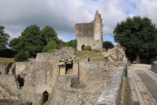 Domfront, Fransa: De ruïne van het kasteel is een mooie start van een bezoek aan het dorp.