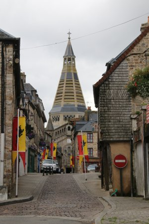 Domfront, Fransa: zicht op de hoofdstraat met de kerk op de achtergrond