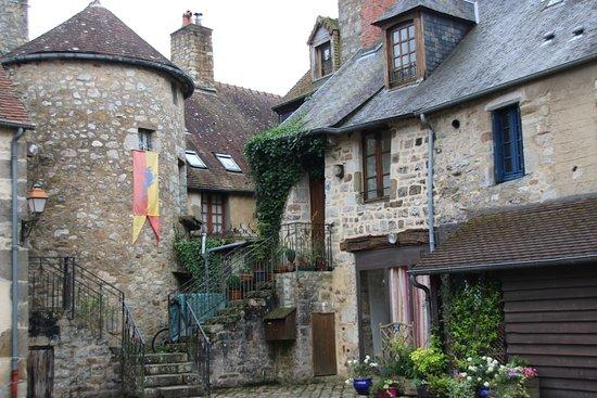 Domfront, Fransa: Als je goed zoekt kun je dit prachtige binnenpleintje vinden, het zoeken waard.