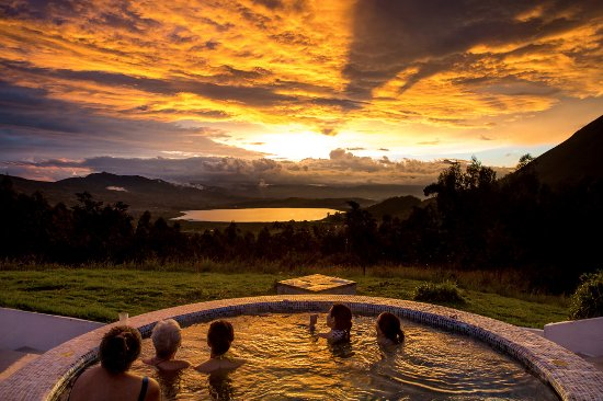 San Pablo Del Lago, Ecuador: Our hot tub overlooking the lake at sunset in the Andes