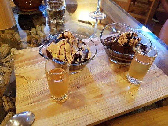 Alpandeire, Spain: Tarta de la abuela con chocolate negro y helado de castañas... acompañado de un licor delicioso