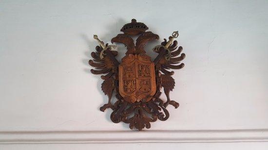 Hotel Posada de Don Rodrigo: Este bello escudo lo recibe a uno en el lobby.