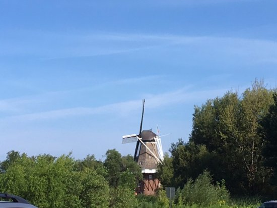 Windmill Island Gardens: The view of the windmill from the parking lot.