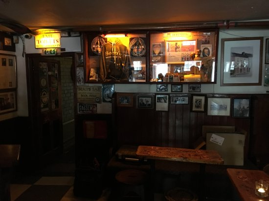 Athlone, Irlanda: Sean's Bar main room past bar area.