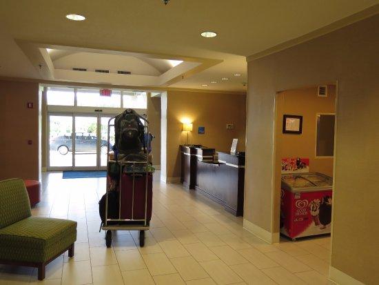 Holiday Inn Express Hotel & Suites Jacksonville South: Cómoda recepción y sala de snacks si querias