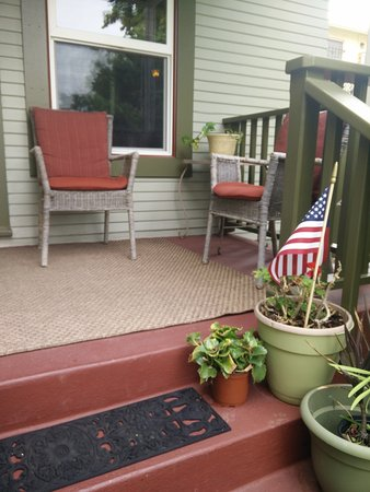 Hillcrest House Bed & Breakfast : outdoor porch sitting area