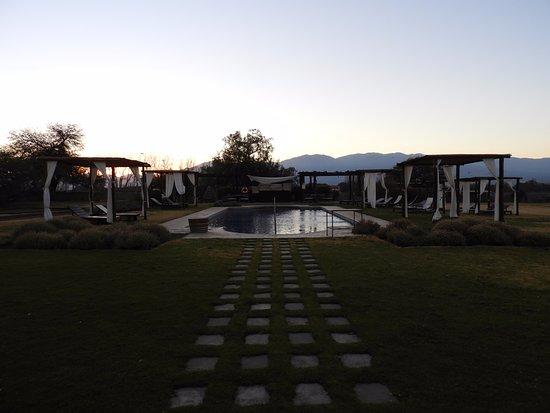 Patios de Cafayate Wine Hotel: Pileta, recién saliendo el sol