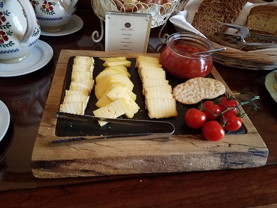 Ariel House: Cheese and tomotatos