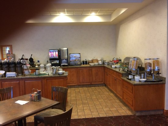 Country Inn & Suites by Radisson, Calgary-Airport, AB: Spacious breakfast area, clean and well stocked.