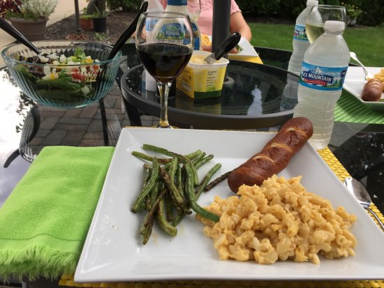 Caro, Мичиган: Lobster Mac & Cheese, Fresh String Beans, Pretzel Bread & Garden Salad