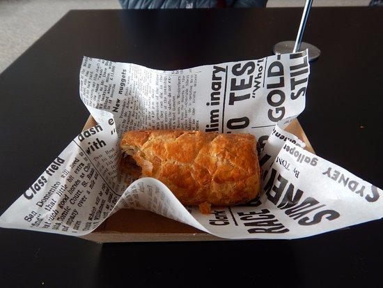 Dromana, Австралия: $6.50 sausage roll