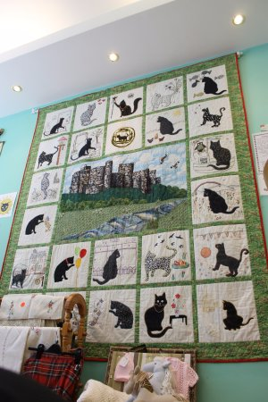 Kidwelly, UK: One of the biggest attractions of the cafe - a quilt portraying the history of the town of Kidwe