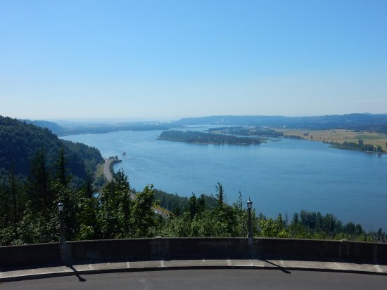 Corbett, Oregón: Crown Point is 733' high. Vista looking west on the Columbia River Gorge