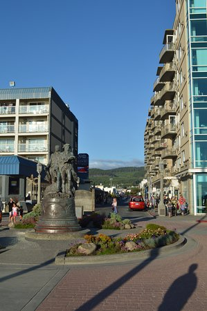 Seaside, OR: View up main street from the turnaround