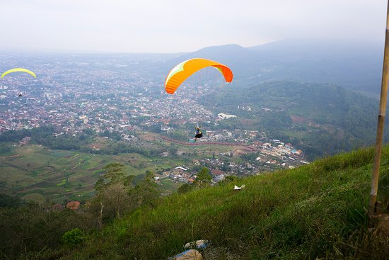 Paralayang Batu: paragliding