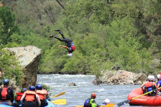 "Coloma, Califórnia: Jumping off the ""rock"", yes it's safe. Rafters were waiting, not moving down the river"