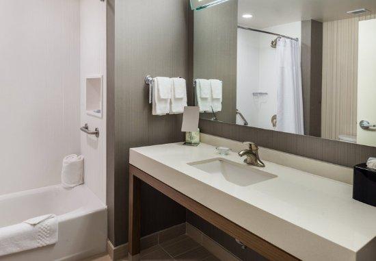Horseheads, NY: Queen/Queen Bathroom