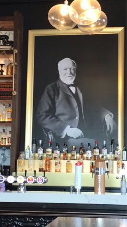 Onehunga, Nieuw-Zeeland: Mr Carnegie looks down from behind the bar