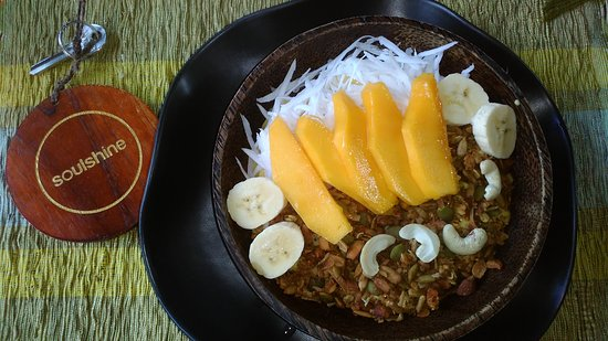 Soulshine Bali: Super fresh and delicious lunch. This is the Buddha Fruit Bowl with Mango and Coconut flakes