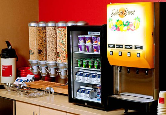 TownePlace Suites Fort Wayne North: Breakfast Buffet