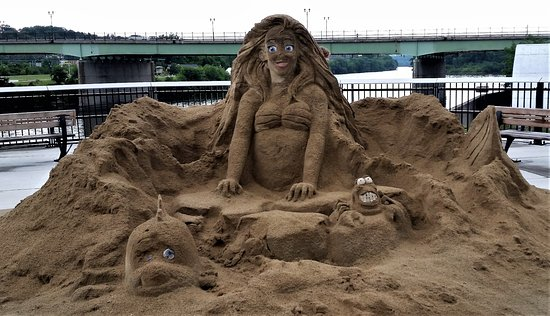 Amsterdam, Нью-Йорк: Sand sculpture left over from a previous day's festival.