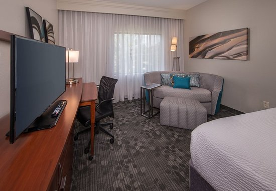 Dulles, VA: King Guest Room - Sitting Area