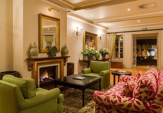 Magaliesburg, Sydafrika: Lobby Fireplace Seating Area