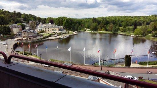 Hotel Spa du Beryl: Vue sur plan d'eau et casino depuis le balcon