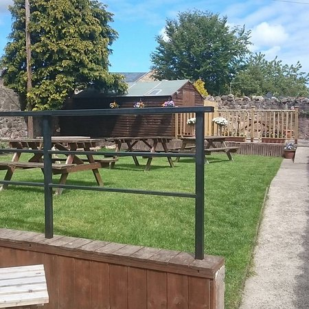 Wooler, UK: This is a summer view of our beer garden