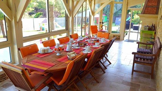 Siorac-en-Perigord, France: Petits déjeuners dans la véranda