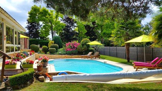 Siorac-en-Perigord, France: Piscine vue du jardin côté espace jeux
