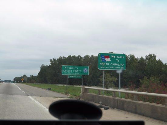 Rowland, North Carolina: Letreros de bienvenida que te desaceleran para estar pendientes