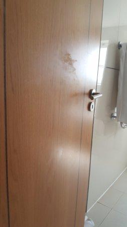 Vale da Lapa Resort & SPA : Puertas con huellas grasientas