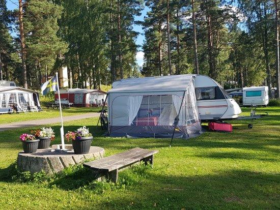 Soderala, Sweden: Stora och fina gräsområden. Till höger ligger sjön (vacker utsikt).