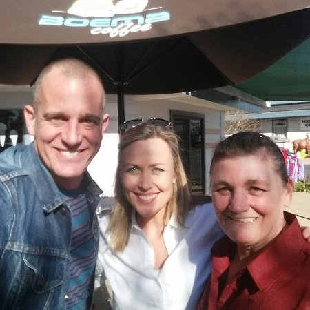 Killarney, Australia: Fast Ed and Tara from Better Homes &Gardens with Leanne from Veronica's on Willow.