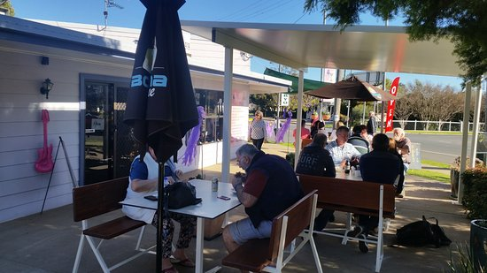 Killarney, Australia: Our new seating outside of Veronica's on Willow