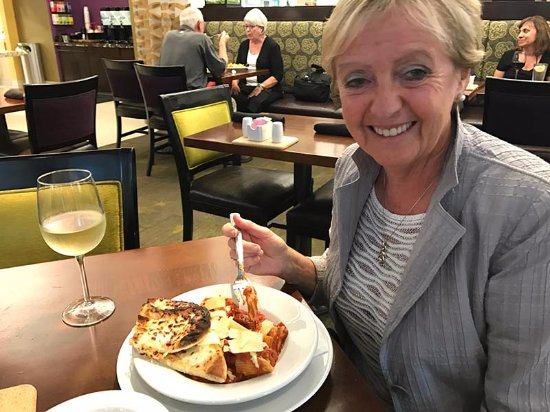 Morrisville, Carolina del Norte: My wife enjoyed her pasta very much, as well. The glass of wine was a nice touch, too!