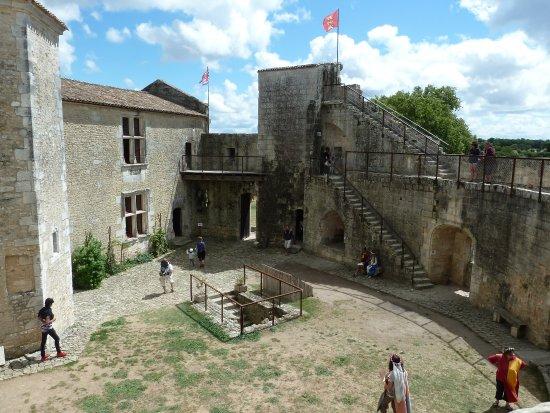 Château fort de Saint Jean d'Angle : cour intérieure du château