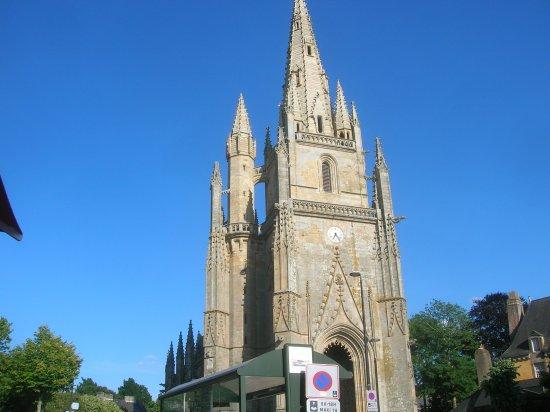 Hennebont, France : Basilique Notre Dame de Paradis face au restaurant